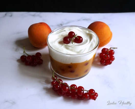 coupes velouté d'abricotaux groseille et yaourt à la grecque crémeux